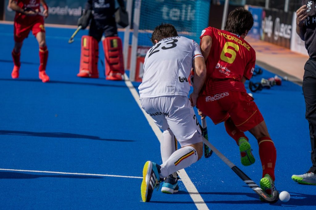 Belgium defender blocks the run of the Spanish attack in the FIH Pro League